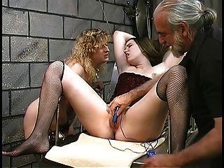 可爱的厚实的女同志bdsm女孩与毛茸茸的灌木与地下室的振动器玩