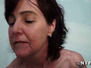 一个法国成熟的黑色在她的屁股得到一个黑色的公鸡