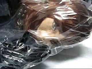 真皮袋中的橡胶面具的女孩