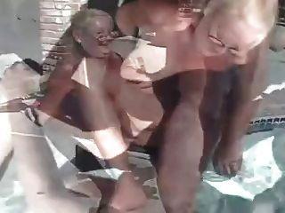 成熟的奶奶三人组游泳池