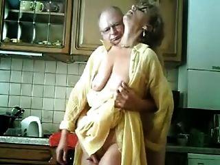 老德国夫妇在厨房里
