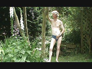 在花园里。\u003c/s\u003e。。