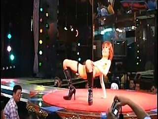 性感的毛状日本脱衣舞裸体舞台上的日本夜总会