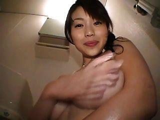 可爱的日本女孩玩她的山雀