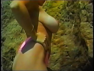 danni ashe在沙滩上炫耀她的棕褐色线条pt.2