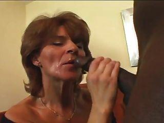 在他妈的之前,tunde吮吸一个假阳具和探查她的阴部