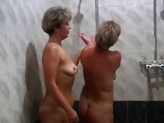 俄罗斯妈妈irina valia在桑拿浴室