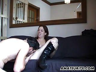 热的业余青少年吮吸和他妈的暨屁股