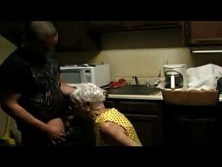 75岁的老太太他妈的一个小男孩
