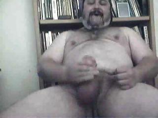 毛茸茸的大爸爸熊打了它