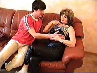 天使狩猎成熟的俄罗斯妈妈和小男孩