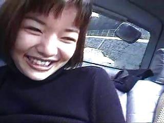 两个日本女孩在一辆车