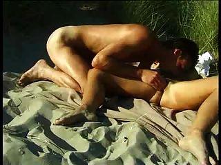 在海滩上的一个热的色情