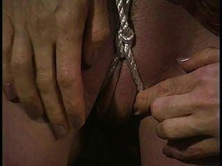宝贝的热缚使她的阴道用绳子楔住