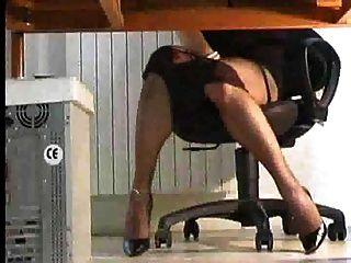 在桌子下玩的人妖