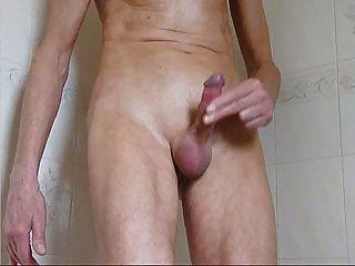 瘦小的家伙快速混蛋和暨在淋浴