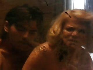 成熟的女警察使她的性奴隶成为一名年轻的罪犯