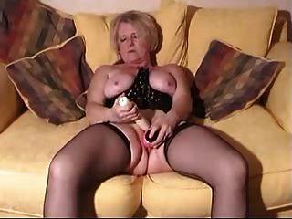 金发碧眼的成熟与玩具和公鸡在她湿的阴部