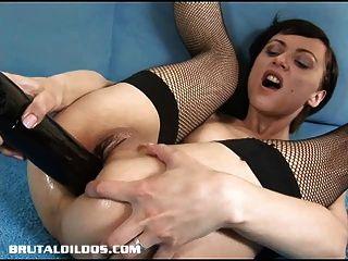 短发的俄罗斯人用一个残酷的假阳具填充她的屁股