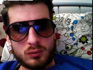 热的欧洲人殴打他的公鸡和戴眼镜