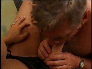 一个性感的女孩与性玩具带和一个人在浴室吸吮性玩具