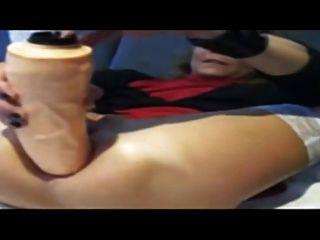 业余爱好者用一个巨大的假阳具填充她的屁股