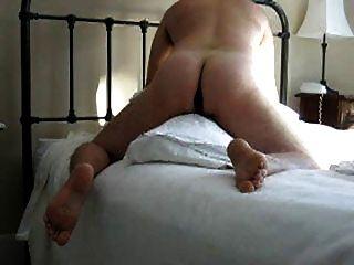 用假阳具在枕头上屁股(并从避孕套吃暨)