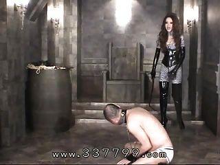 日本的女性乞丐用鞭子击中奴隶身体