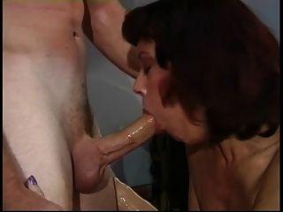 年长的妓女在她的舞台上擦她的阴部被年轻的角质家伙