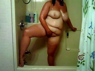 阴间女孩在浴室玩与她的阴部