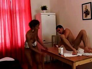 角质的温和的女按摩师给他妈的!
