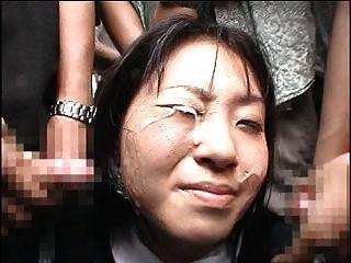 日本女孩在公共场合收到一个bukkake