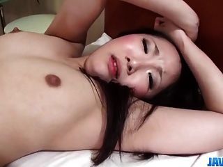 yuu樱桃黑发模特在她的阴道里享受肥胖的鸡巴