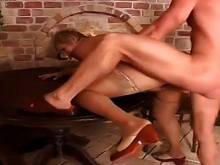 成熟的水手撞上了她的年轻朋友