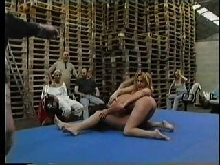 裸体女同志skank摔跤pt2