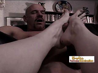 在肛门拳击之后,是屁股一脚的时候