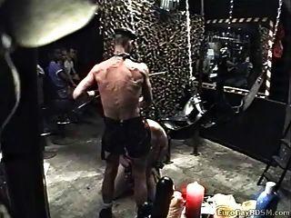 胖胖的奴隶被皮革包裹主人带走并使用