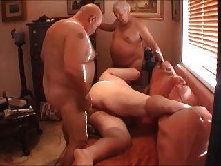 胖胖的男孩,两个爸爸和哈雷