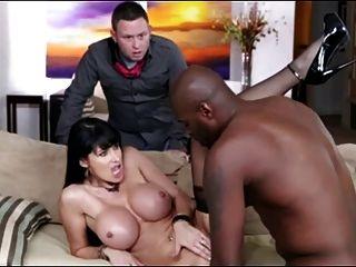 肥胖的妻子被抓在公鸡前面的丈夫面前