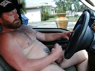 肌肉熊爸爸在卡车上