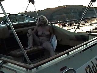 阿黛尔裸体在船上晒日光浴