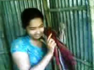 bangladeshi bhabi洗澡