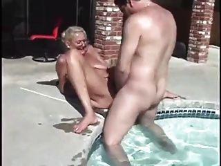 游泳池畔的奶奶麻醉沙子爱公鸡