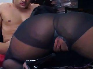 他妈的在黑色连裤袜的地板上