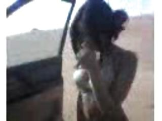 完美的身体阿拉伯女孩在沙漠与胸罩