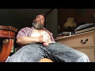 str8在他的房间里戴着爸爸的中风