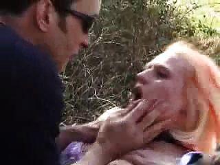 顺从的法国宝贝得到她的洞他妈的户外