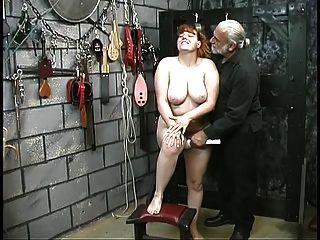 可爱的年轻黑发奴隶女孩赤裸裸地屈辱在地下室玩耍