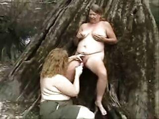 老同志妓女在木头上玩乐。 业余