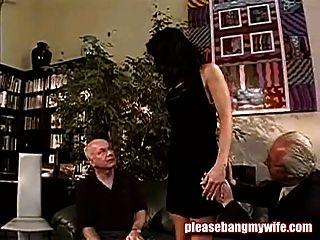 肮脏的荡妇与两个老男人玩得开心